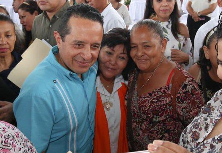 El gobernador entregó los apoyos a mujeres emprendedoras del municipio. (Cortesía/SIPSE)