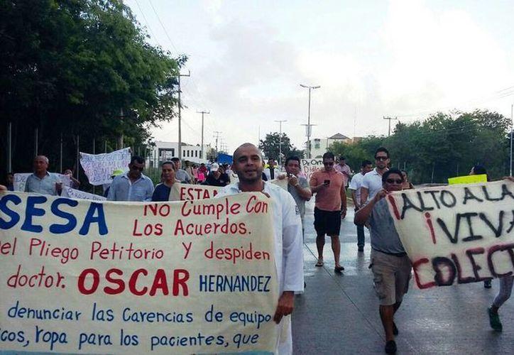 Los doctores se manifestaron por mejoras en el Hospital General de Playa del Carmen. (Daniel Pacheco/SIPSE)