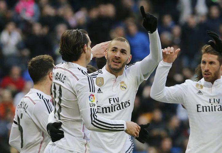 Karim Benzema, delantero de Real Madrid, celebra uno de los dos goles que le anotó este sábado a Real Sociedad. (Foto: AP)