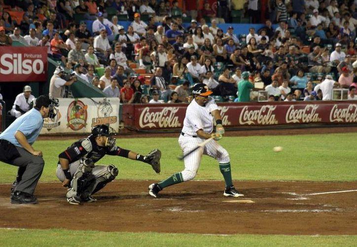 Leones de Yucatán pusieron a funcionar anoche su bateo de largo alcance y conectaron tres bambinazos. (César González/SIPSE)