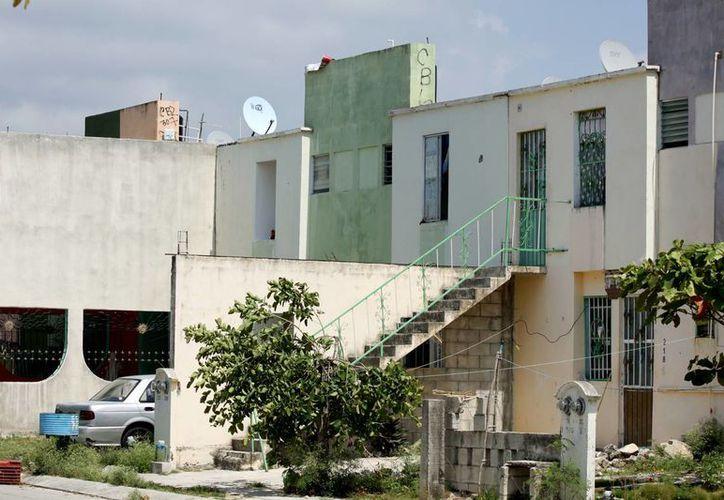 Además de lejos, algunos habitantes de La Guadalupana, viven en casas divididas que comparten con otra familia.  (Adrián Monroy/SIPSE)