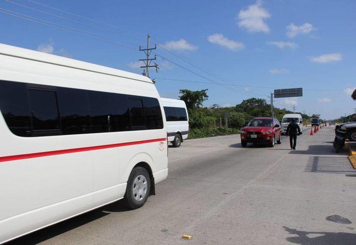 El 90% del transporte pirata sigue saliendo de los hoteles, según dicen autoridades de la Sintra. (Rossy López/SIPSE)