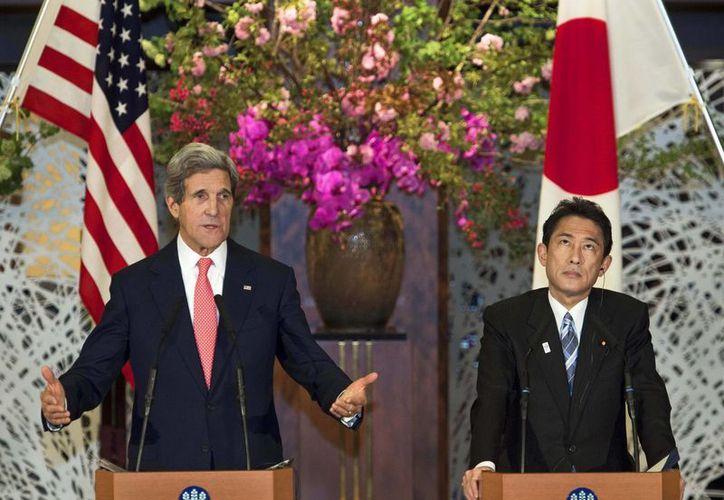 El secretario de Estado de EU, John Kerry, junto al ministro japonés del exterior, Fumio Kishida. (Agencias)