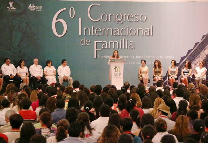 Imagen de la ponencia de la senadora Elizabeth Hernández en el VI Congreso Internacional de Familia 2015. (José Acosta/SIPSE)