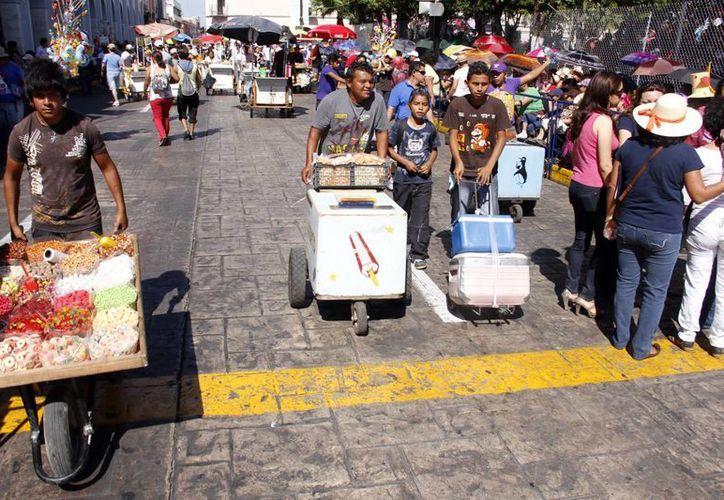 En algunos casos los ambulantes sacan más provecho al Carnaval que los comerciantes establecidos. (SIPSE)