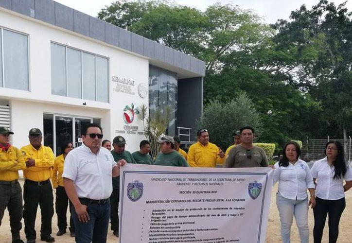 La decisión del gobierno federal impacta en el pago de horas extra del mes de abril y mayo, la prima dominical, así como la falta del equipo de protección de los combatientes. (Carlos Castillo)