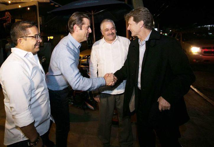 El secretario de Turismo, Enrique de la Madrid y el titular de Sefotur, Saúl Ancona Salazar, saludan a funcionarios cubanos en Guadalajara, Jalisco. (Milenio Novedades)