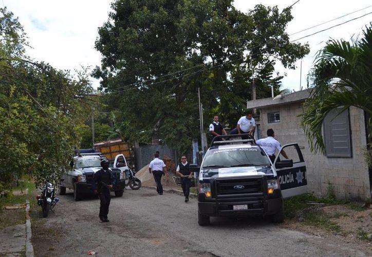 Elementos policíacos aseguraron a 'El Gemelo' en la calle Azucenas, entre Brezos y Anémonas. (Harold Alcocer/SIPSE)