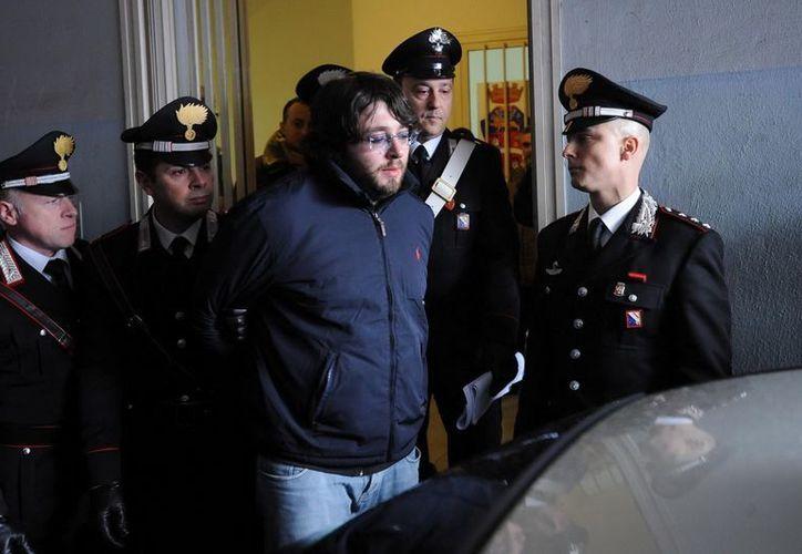 """El heredero de """"Los Casaleses"""", Carmine Schiavone (c), es escoltado por policías tras su arresto en Casal Del Principe (Italia).(EFE)"""