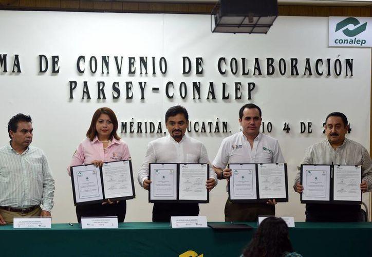 Ayer, el director general de Conalep, Manuel Carrillo Esquivel y la presidenta del Parsey, Myrna Karina Pérez Ramos. firmaron el acuerdo de colaboración. (SIPSE)