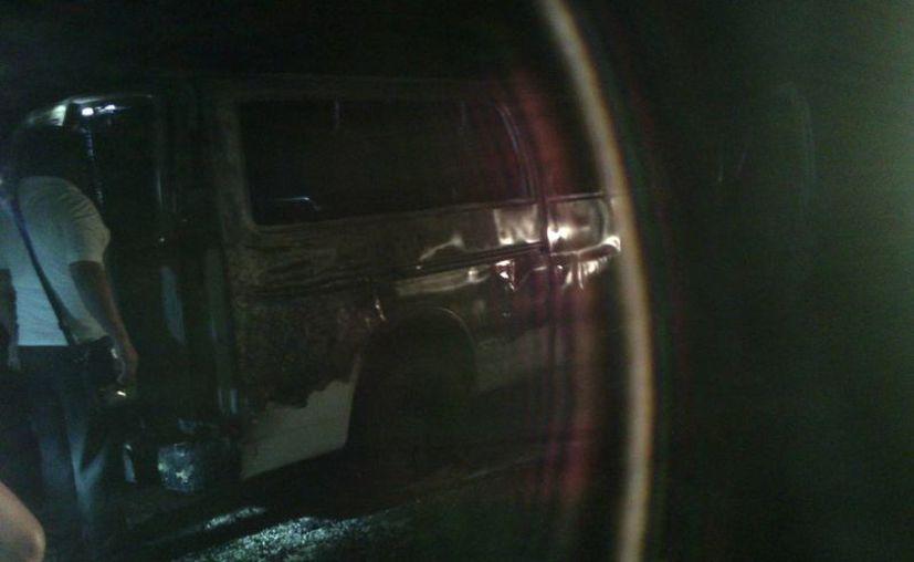 La camioneta fue consumida en su totalidad por el fuego; no se reportaron lesionados. (Redacción/SIPSE)