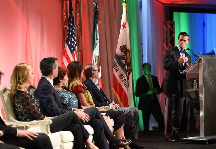 Durante una comida con líderes empresariales, políticos y comunitarios de California, el presidente Enrique Peña dijo que los migrantes mexicanos cumplen con su tarea diaria en California. (Notimex)