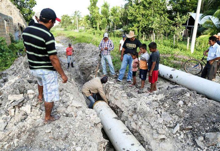 La Capa instala tuberías para el drenaje en el municipio carrilloportense. (Jesús Caamal/SIPSE)