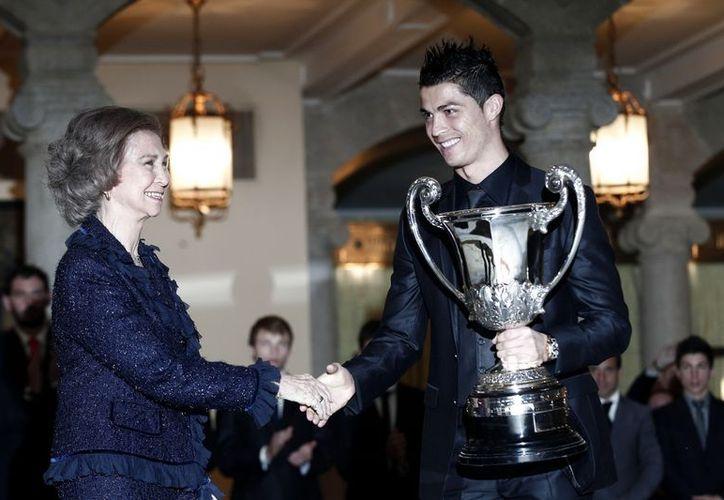 Cristiano Ronaldo al recibir el pasado 12 de diciembre el Premio Nacional del Deporte en España de manos de la Reina Sofía. (Notimex)