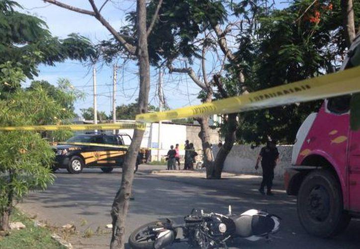 Imagen del lugar del accidente en la colonia Miraflores, donde perdió la vida un motociclista. (Cuauhtémoc Moreno/SIPSE)