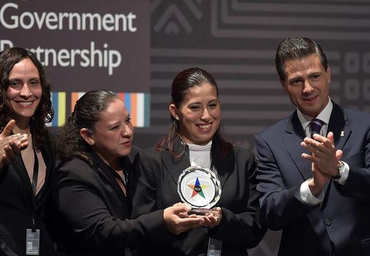 Peña Nieto entregó el Premio de Gobierno Abierto a un proyecto mexicano sobre guarderías infantiles que realizaron Georgina Teresa Varela García, Fabiola Segovia Trigueros y Ximena Valbuena Castillo. (Facebook/Enrique Peña Nieto)