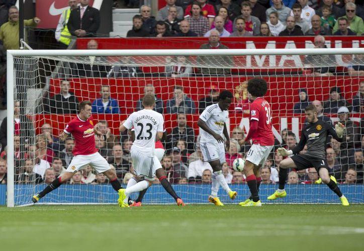 El galés Gylvi Sigurdsson (al centro) anotó el gol del triunfo del Swansea sobre el Manchester United en el segundo tiempo en la Liga Premier. (Foto: AP)