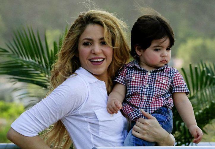'He llegado con mi hijo Milan por primera vez a mi país, que es su patria también', dijo Shakira al llegar a Colombia. (EFE)