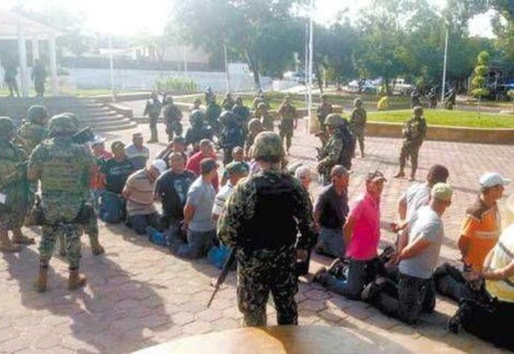 Las autoridades aseguran que no hubo lesionados durante la detención de los 72 autodefensas. (Milenio)