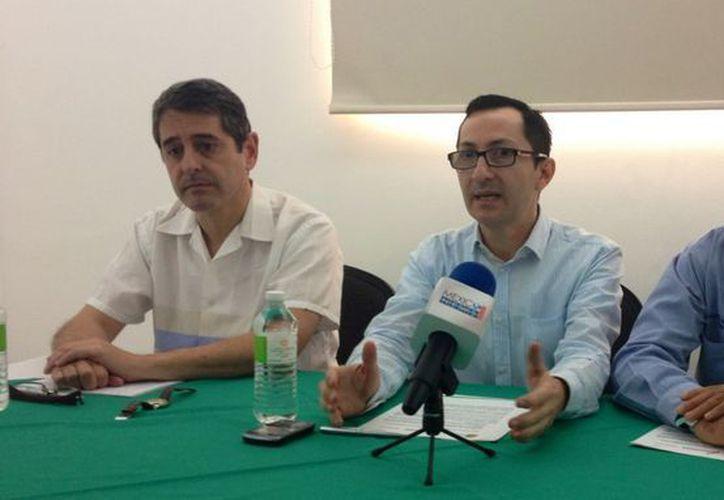 Conferencia de prensa encabezada por el subsecretario, William Guerra Alpuche; Sergio Rodríguez Abitia, capacitador de DGM Consulting; y Julián Aguilar, Presidente de la Comisión de Turismo en Benito Juárez. (Redacción/SIPSE)