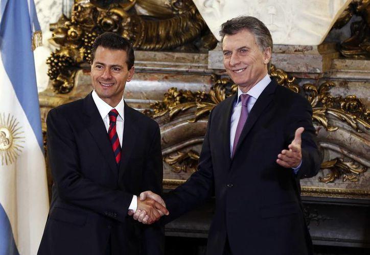 Enrique Peña Nieto y Mauricio Macri, presidentes de México y Argentina, durante la bienvenida a la Casa Rosada del mandatario mexicano en Buenos Aires. (AP)