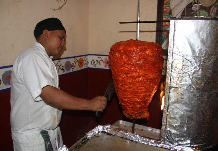 En los restaurantes la percepción de propinas en dólares también les otorga beneficios a los trabajadores. (Tomás Álvarez/SIPSE)