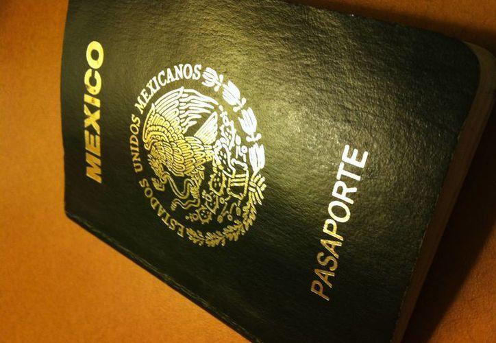 La falsificación de documentos oficiales, como pasaportes, obligaron a mejorar las medidas de seguridad en los mismos. (latitud21.com.mx)