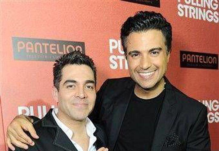 Omar Chaparro (i) y Jaime Camil, en el estreno de la película 'Amor a primera visa', en Los Ángeles, el pasado 3 de octubre. (Agencias)