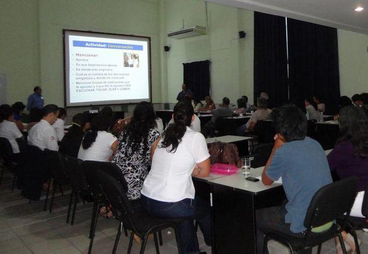 Los empleados recibieron una constancia de participación con valor curricular. (Redacción/SIPSE)