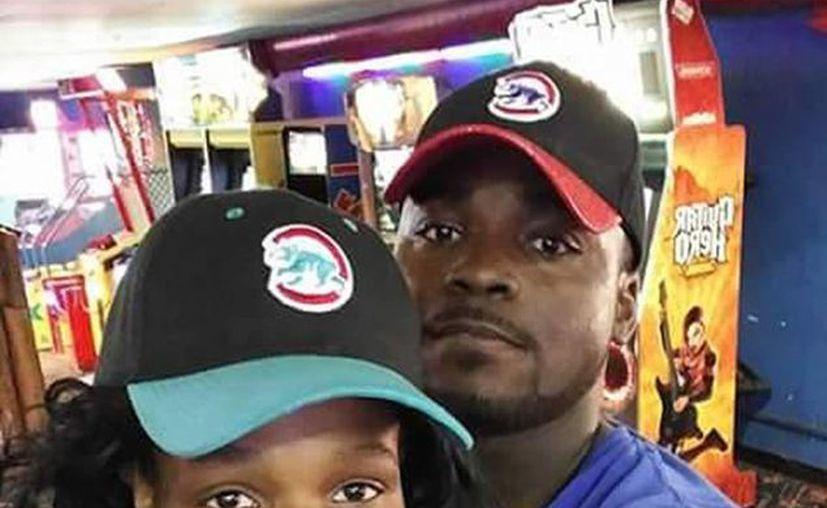 Crystal Myers y su novio Albert Moore fueron atacados por un hombre que se dio a la fugas tras dispararles. (chicago.suntimes.com)