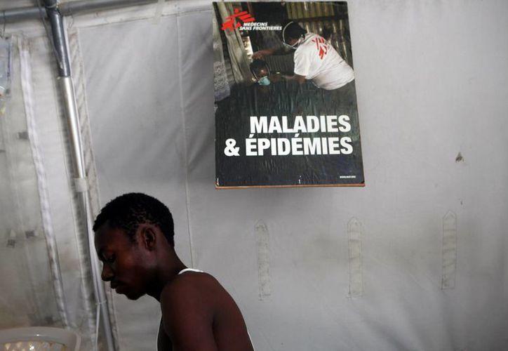Un joven con cólera es atendido en el Centro de Tratamiento de Cólera de Médicos Sin Fronteras, en Puerto Príncipe, Haití. (EFE/Archivo)