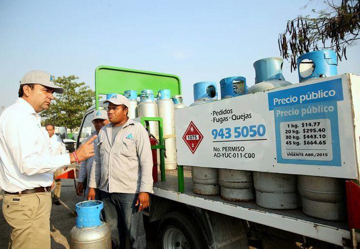 El candidato del PRI a la alcaldía, Nerio Torres Arcila, planteó sus propuesta a empleados de Enerkom. (SIPSE)