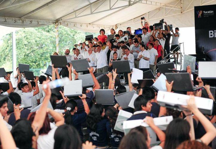 El gobernador Rolando Zapata Bello entregó computadoras en la Unidad Deportiva del Sur. (Milenio Novedades)