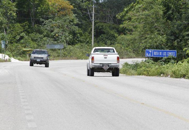 Se retiró la vegetación silvestre que cubría parte de la carretera, además se puso señalamientos más claros sobre los atractivos de la ruta. (Stephani Blanco/SIPSE)