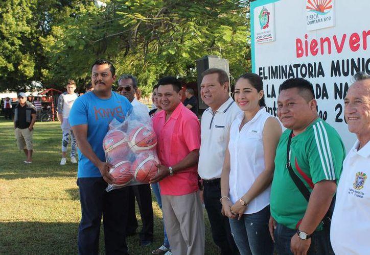 Las autoridades entregaron a los estudiantes material deportivo. (Raúl Balam/SIPSE)
