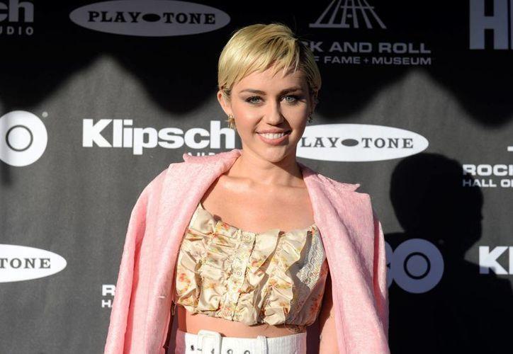 Un ladrón de Miley Cyrus deberá purgar dos años en prisión. En esta foto de abril del año en curso, la cantante aparece a su llegada al evento de Inducción al Salón de la Fama del Rock and Roll en Cleveland, Ohio. (Foto: AP)