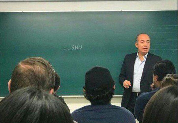 Tras impartir clases en la ITAM, el ex presidente Felipe Calderón fue blanco de varios memes en redes sociales. (Foto: Twitter)