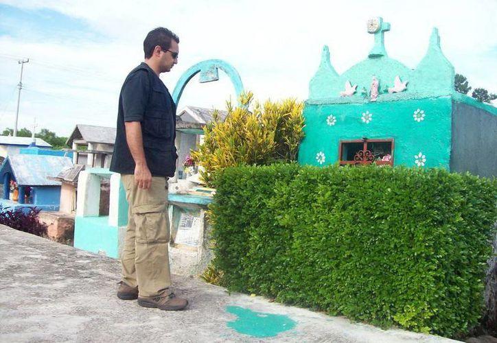 Junto a esta tumba del cementerio de Yobaín vieron al futbolista sentado en el piso, a plena luz del día. (Jorge Moreno/SIPSE)