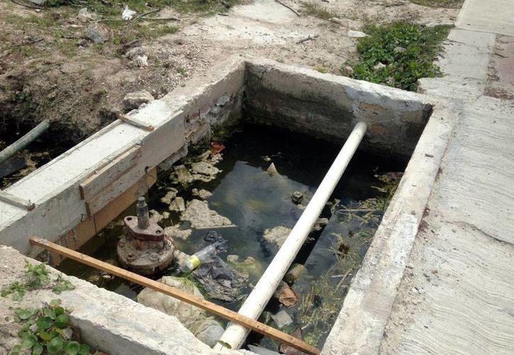 El sistema de agua potable de Progreso tiene zonas al aire libre donde se acumula el agua, lo que las convierte en un peligro para los vecinos de la zona. (Milenio Novedades)