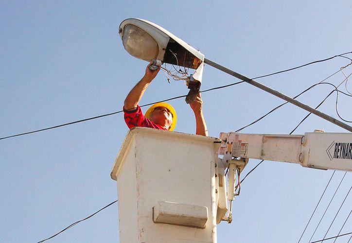 Modernizar el alumbrado público con lámparas tipo LED, sería una buena opción para el ahorro de energía eléctrica. (Carlos Castillo/SIPSE)