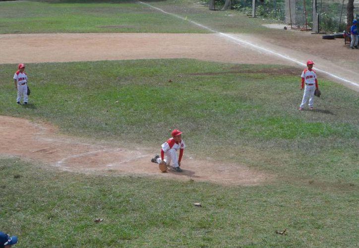Los equipos de la categoría 9-10 años van a la caza de los Venados de la 102. (Raúl Caballero/SIPSE)