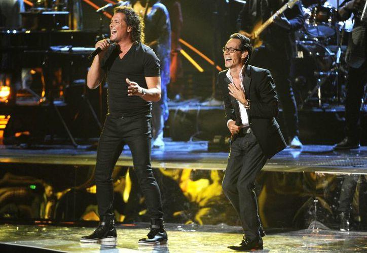 Carlos Vives interpretó 'Cuando nos volvamos a encontrar' con Marc Anthony, ganador del premio Latin Grammy al mejor álbum de salsa con '3.0'. (Foto: AP)