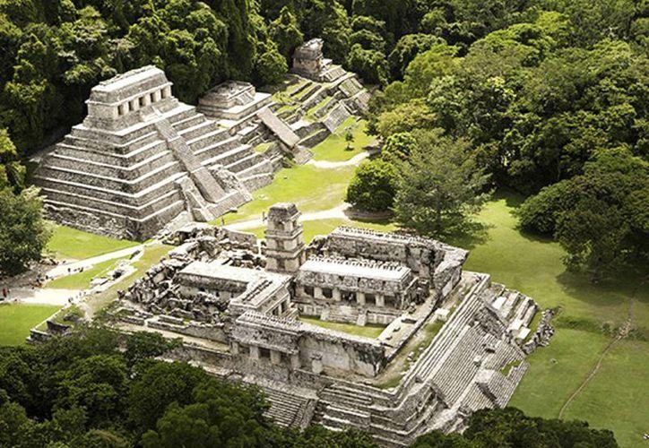 Las pirámides y edificios mayas de la zona arqueológica subsisten en la selva. (Notimex)