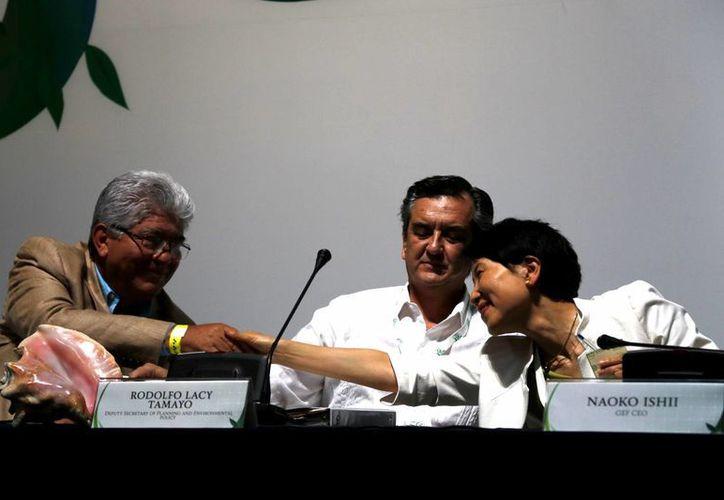 León Gutiérrez Ferretis, el presidente del Consejo Consultivo para el Desarrollo Sustentable de la Región sureste, Rodolfo Lacy Tamayo, subsecretario de Planeación y Política Ambiental de la Semarnat y Naoko Ishii, presidenta del Fondo para el Medio Ambiente Mundial. (Israel Leal/SIPSE)