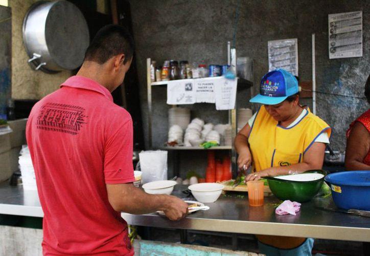 Los comedores comunitarios ofrecen alimentos, que cuestan 10 pesos el platillo. (Octavio Martínez/SIPSE)