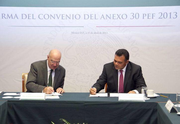 El titular de la Semarnat (i) y el gobernador Rolando Zapata acordaron buscar mecanismos financieros para resolver el problema de los desechos en 44 municipios. (Cortesía)