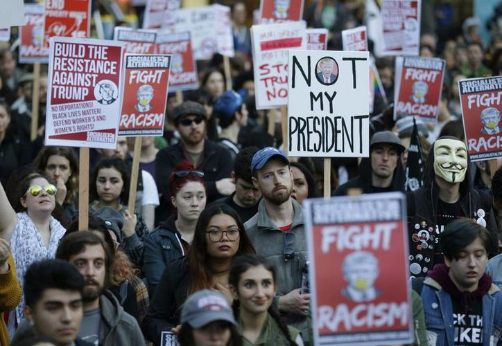 En Seattle, estado de Washington, también se registraron movilizaciones en rechazo al presidente electo de EU, Donald Trump. (AP/Ted S. Warren)