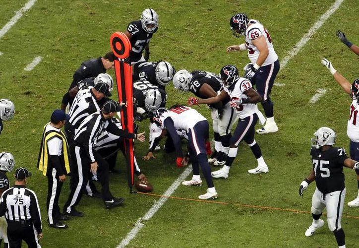 El duelo entre Raiders y Texans dejó algunos huecos y pasto levantado en diferentes zonas del campo. (Dario López/AP)