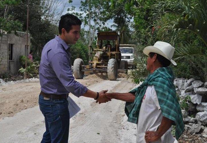 Javier Osante Solís, director del Incay, durante el recorrido por el municipio de Tizimín. (Cortesía)