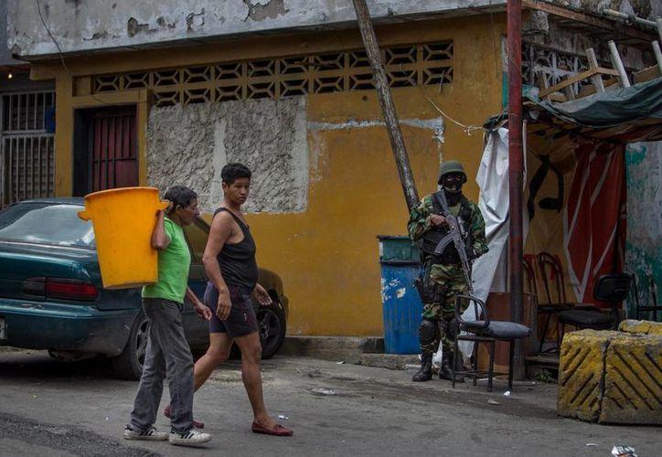 La Guardia Nacional Bolivariana participó en un operativo en un sector popular de la capital venezolana contra la delincuencia. (EFE)